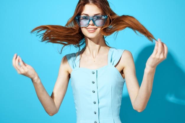 드레스와 안경에 여자 격리 된 배경 매력적인 모습입니다. 고품질 사진