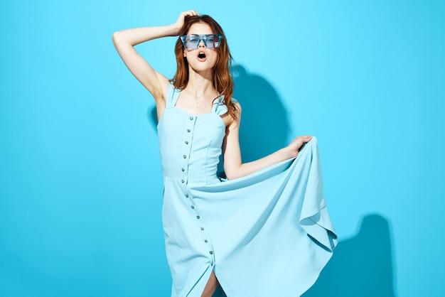 ドレスとメガネの女性は、背景の魅力的な外観を分離しました