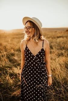 水玉模様のドレスを着た女性