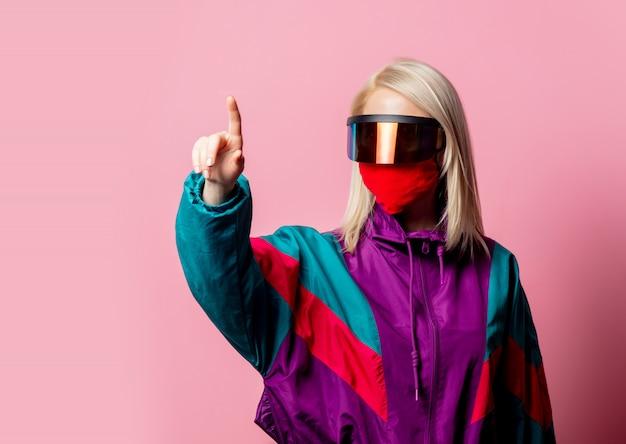 Женщина в маске для лица и 3d-очках на розовом