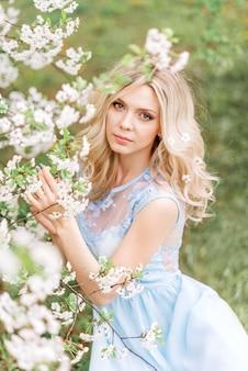 Женщина в цветочном саду. нежное фото с белыми цветами