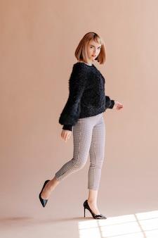 ふわふわのセーターのポーズの女性