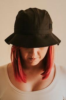 회색 양동이 모자 의류 모형에있는 여자
