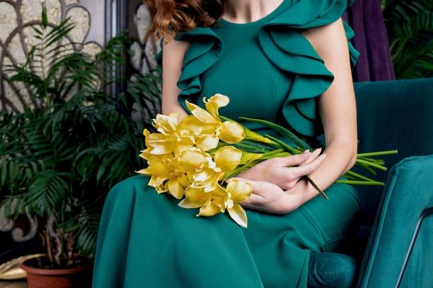 Женщина в зеленом платье с цветами