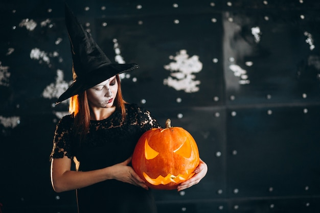 Женщина в костюме хэллоуина