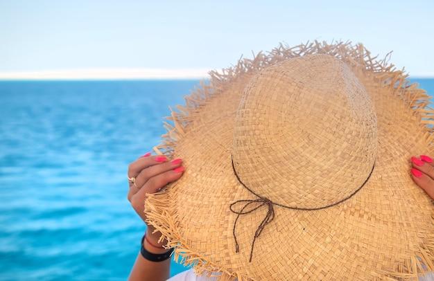 Женщина в шляпе у моря. выборочный фокус. девочка.