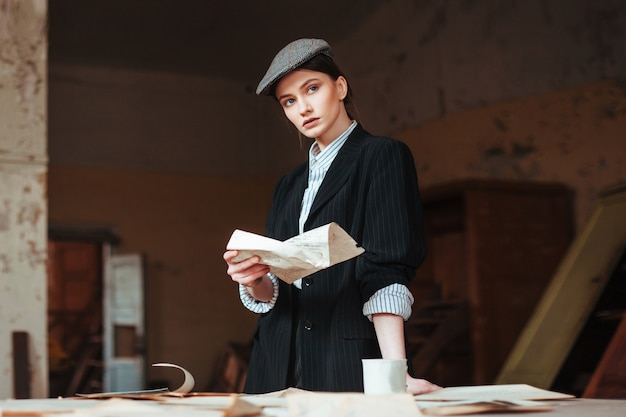男性のレトロな外観の女性が手紙を読む