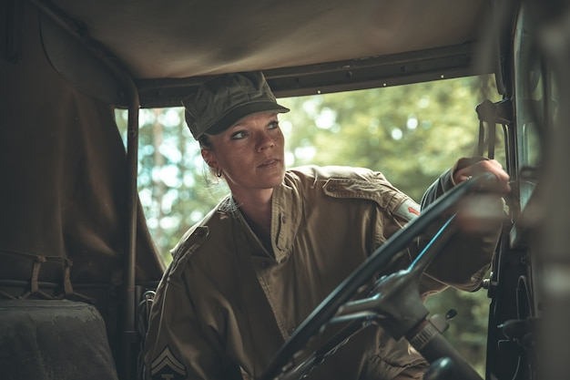 Женщина в военной форме в армейской машине