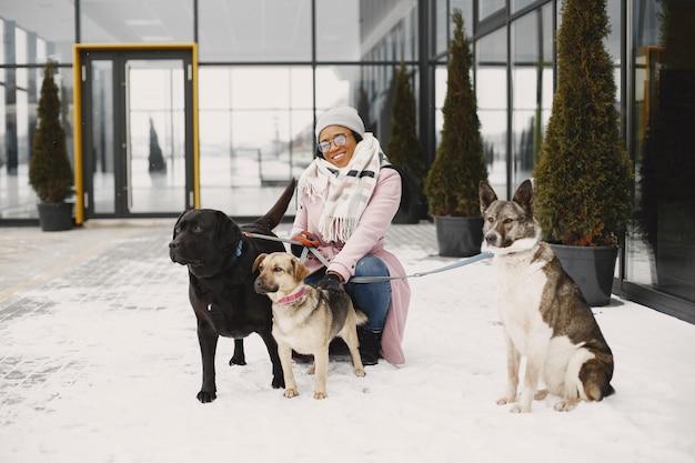 분홍색 코트를 입은 여자, 개를 산책