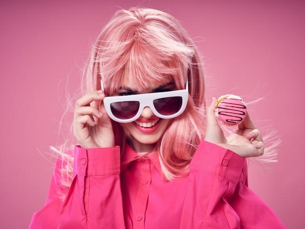 Женщина в розовом парике, одежда с едой