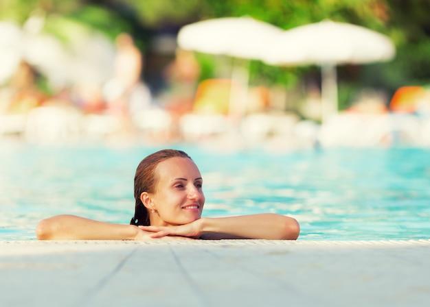 プールの女性
