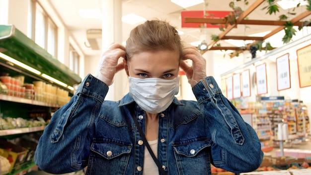 가 게에서 보호 마스크에 여자