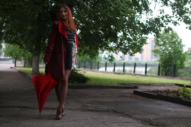 Женщина в плаще и зонтике