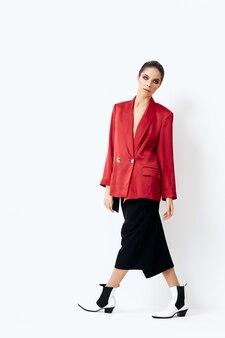 赤いジャケットの女性明るい化粧品ファッショナブルな服。