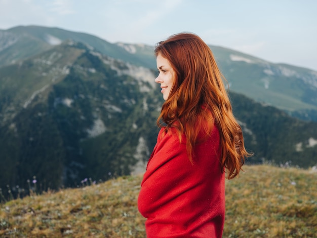 야외 신선한 공기 시원한 산에서 붉은 격자 무늬의 여자