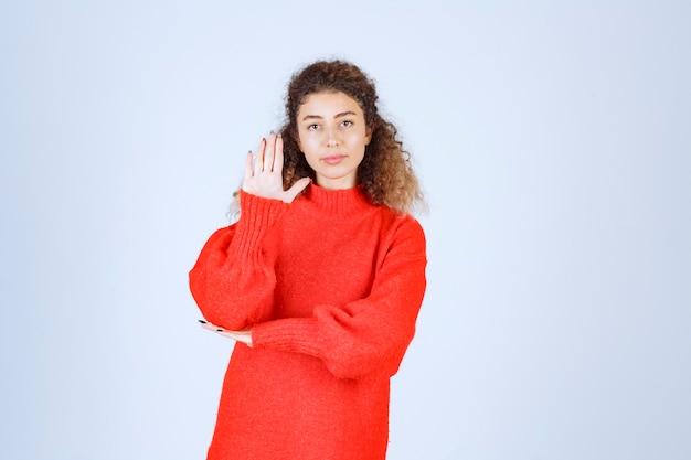 중지 하 고 뭔가 방지하는 빨간 셔츠에있는 여자. 무료 사진