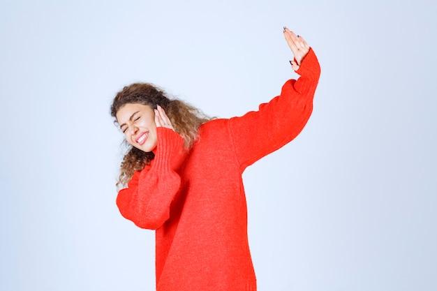 중지 하 고 뭔가 방지하는 빨간 셔츠에있는 여자.