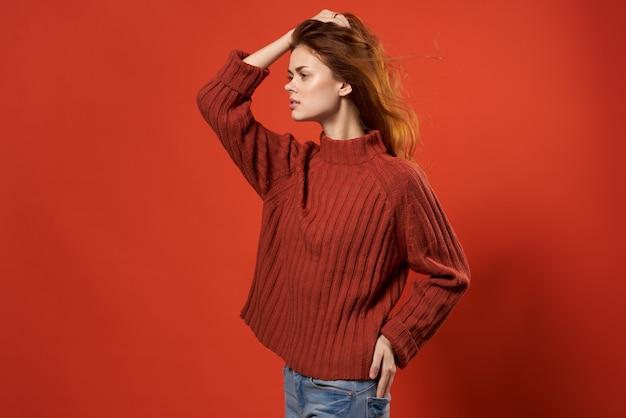 赤いセーターの女性美しい髪型ファッションライフスタイルのクローズアップ