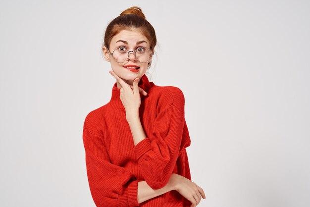 赤いセーターの女性ライフスタイル明るい背景。高品質の写真