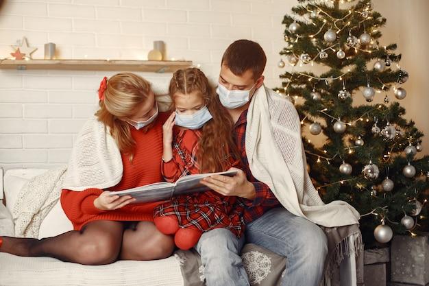 방에있는 여자. 흰색 스웨터에 소녀입니다. 크리스마스 트리 근처 레이디입니다.