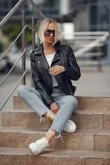夏の街でスタイリッシュな服の女性