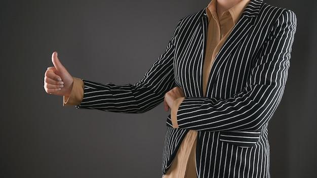 Женщина в костюме дает свое согласие. фото высокого качества
