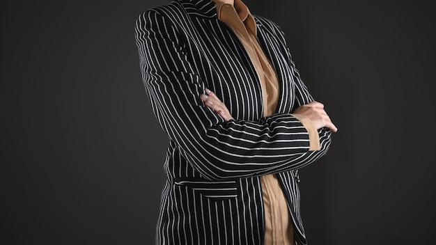 한 벌에있는 여자는 접힌 그녀의 손을 보유하고있다. 고품질 사진