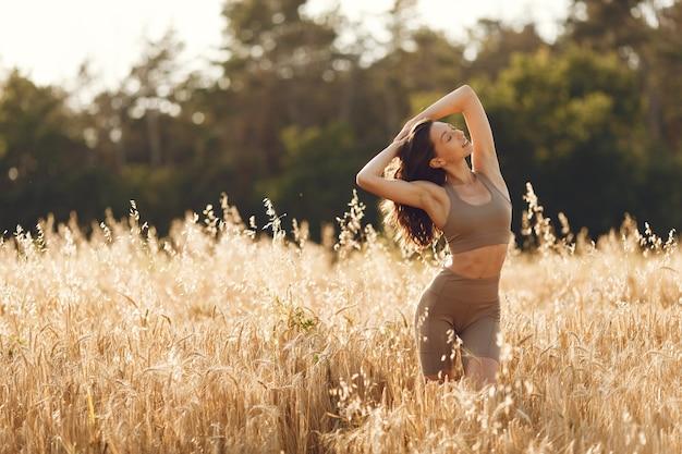 Женщина в летнем поле. брюнетка в костюме прыщей.