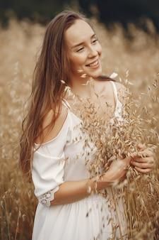 Женщина в летнем поле. брюнетка в белом платье.