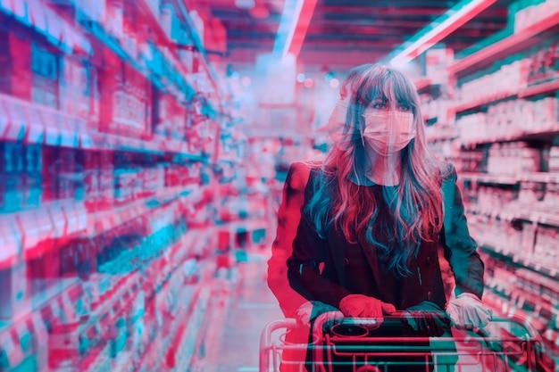 Фотография женщины в супермаркете во время пандемии covid-19 с двойной экспозицией