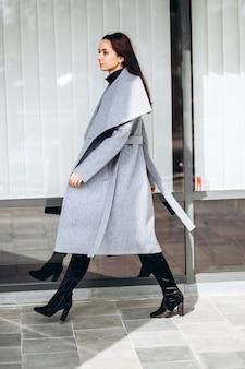 Женщина в теплом пальто на открытом воздухе