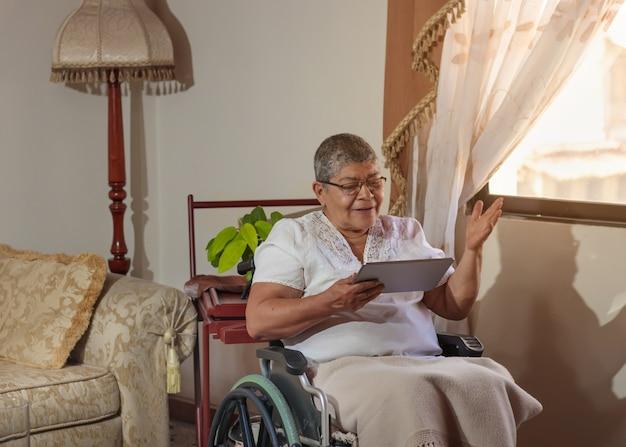 화상 회의에서 휠체어를 탄 여성