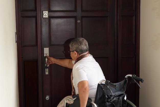 문을 여는 휠체어에 여자