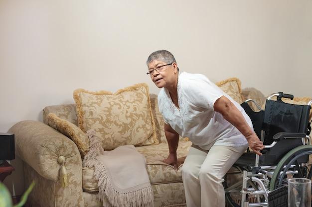 소파에 앉아 휠체어에 여자