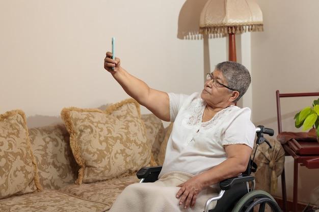 셀카 사진을 찍는 휠체어에 여자
