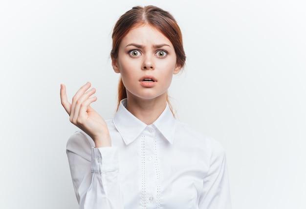 白いシャツを着た女性白い背景の美しい肖像画