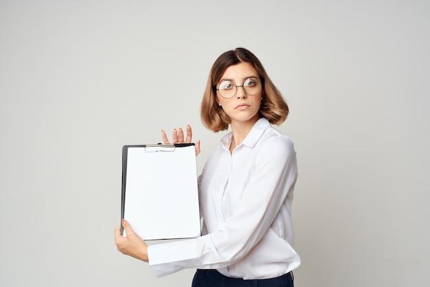 白いシャツの成功ライフスタイル孤立した背景の女性