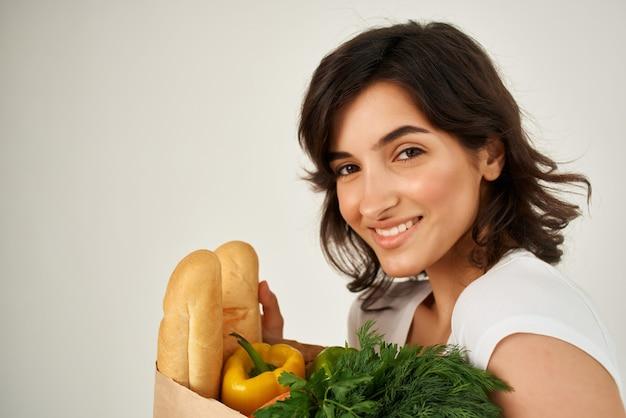슈퍼마켓의 식료품 근접 촬영과 함께 흰색 티셔츠 패키지에 여자