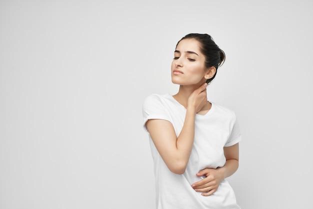 목 건강 문제에 흰색 tshirt 통증에 여자