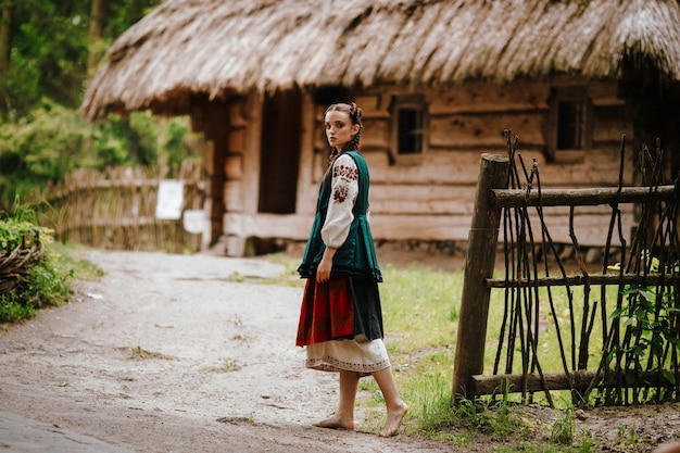 庭を歩いて刺繍のドレスを着た女性