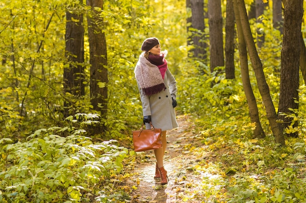 가을 공원 가방 포즈 여자