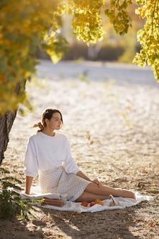 가을 공원에서 여자