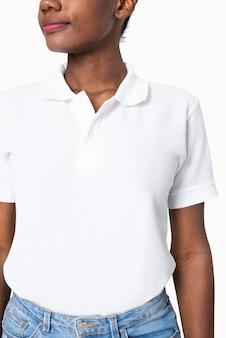 Женщина в простой белой рубашке поло одевает студийную съемку