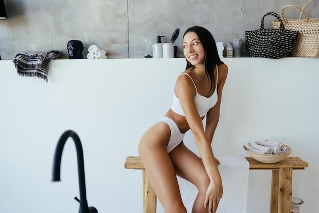 욕실에있는 여자. 욕조에서 패션 초상화 모델입니다.