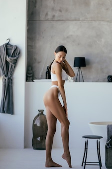 Женщина в ванной комнате. модель портрета моды в ванне.