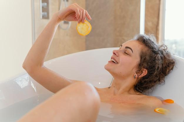 入浴浴槽の女性