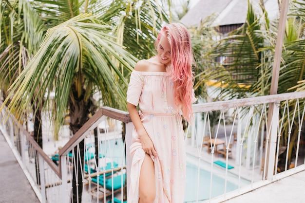 休暇を楽しんでいる美しい夏のドレスの女性。