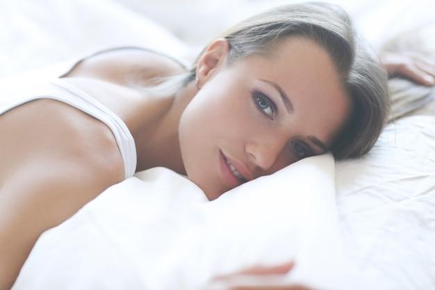 ベッドの中で女性