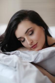 침대에서 여자