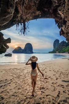 タイ、クラビのライレイでビキニを着た女性。